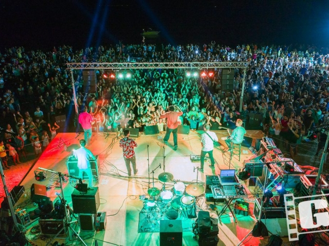 Ιμαμ μπαιλντί, Imam baildi, beach party, live, drone, συναυλία, Χερονήσι, Κυνουρία, Αρκαδία, Χρήστος Γιατράκος, Φωτογραφία
